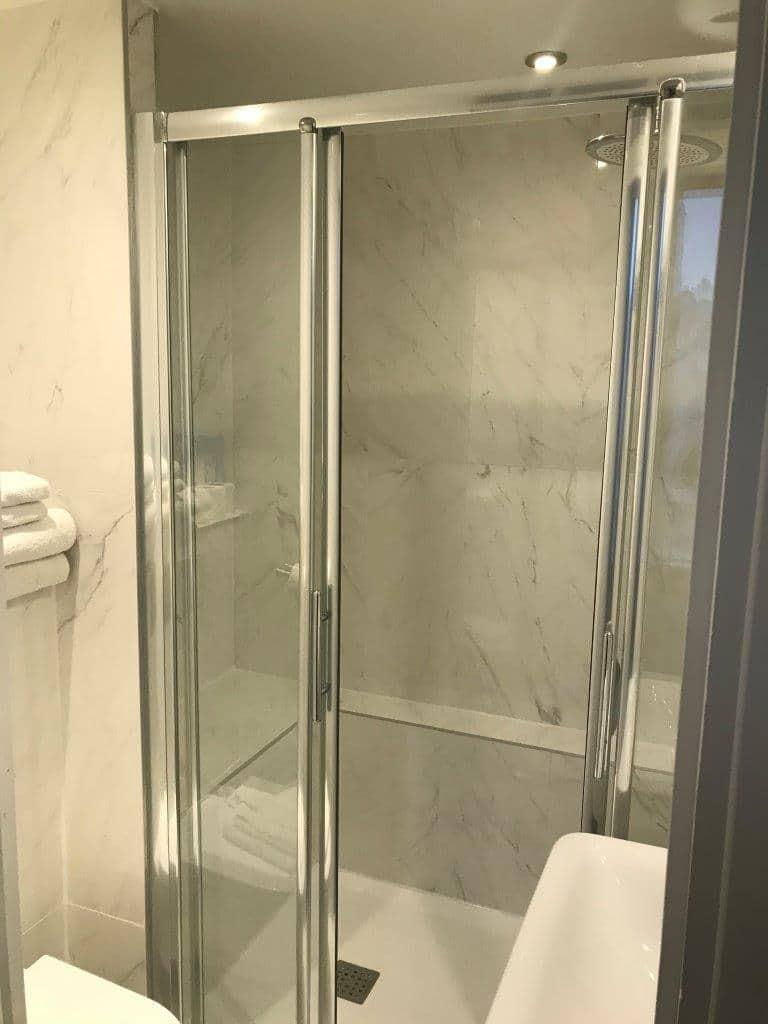 chambre supérieure salle de bain 2